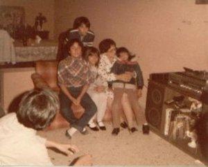 MIs primos, Aldo, Nidia y Minita con mi Abue Neva que me tiene cargada